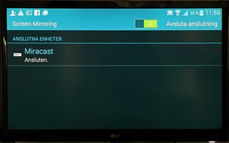 När skärmdelningen är upprättad fungerar teven som bildskärm parallellt med telefonen, tills du visar film. Då visas filmen bara på teven medan telefonens skärm blir en fjärrkontroll för uppspelningen. Men stäng av telefonens skärmsläckare, annars stoppas filmen när den träder in.