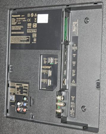 Panasonic TX-65HX940 döljer sina fyra HDMI och övriga anslutningar bakom en lucka på tv:ns baksida.