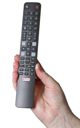 TCL:s fjärrkontroll är elegant utformad, men svår att känna sig fram på. Bakbelysning saknas.