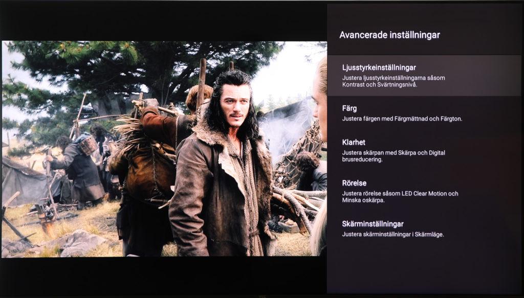 TCL:s inställningsmeny visas på höger sida i bild och har bra beskrivningar på svenska av vad varje inställning gör.