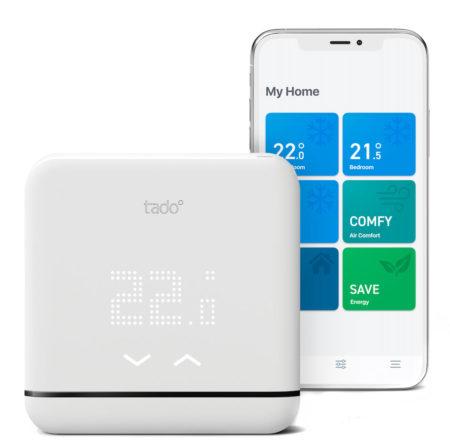 Styrenheten är även en fjärrkontroll med möjlighet att visa och ställa temperaturer som pratar med värmepumpen via IR och appen via WiFi.