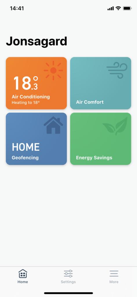 I appen är det både möjligt att fjärrstyra och göra inställningar, men man kan även låta närvaron styra så att temperaturen sänks när ingen är hemma och ökas igen när någon kommer hem igen.