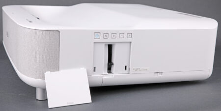 En dold finess? Bakom en lucka på LS300:s sida sitter ett reglage för att justera linsfokus.