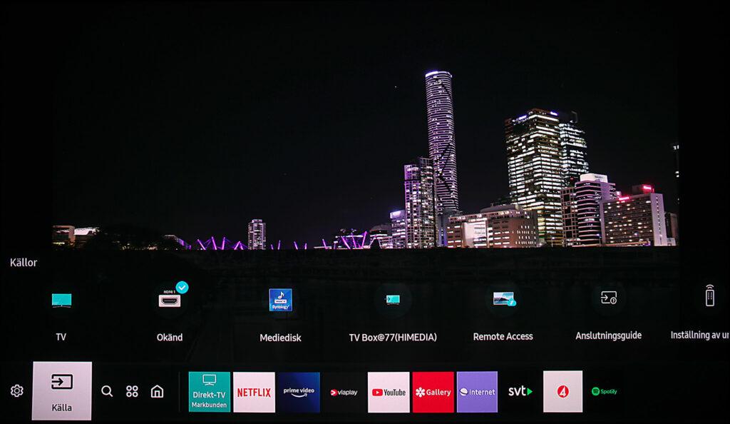 """Samsung har ett både smart och diskret menysystem där all typ av underhållning och appar visas i nederkanten. Ett annat lika smart som praktiskt system klarar både att identifiera och visa olika typer av källor som är anslutna på olika sätt. """"Mediedisk"""" är en UPnP-nätdisk och TV Box en DLNA-mediespelare i nätverket, men båda hanteras som direktanslutna Blu-ray-spelare."""