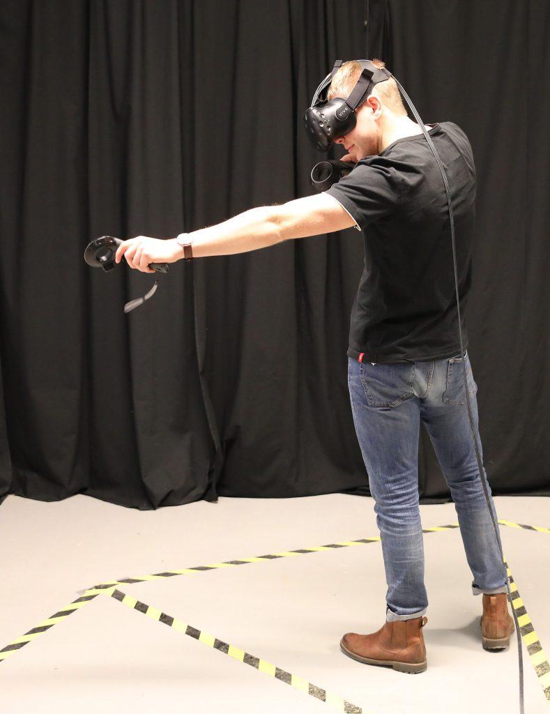 Hampus Hammarbäck som tidigare hållit på med bågskytte IRL, tyckte det var sjukt bra i VR och erkände att han faktiskt blev trött i armen efter att ha skjutit ett hundratal VR-monster.