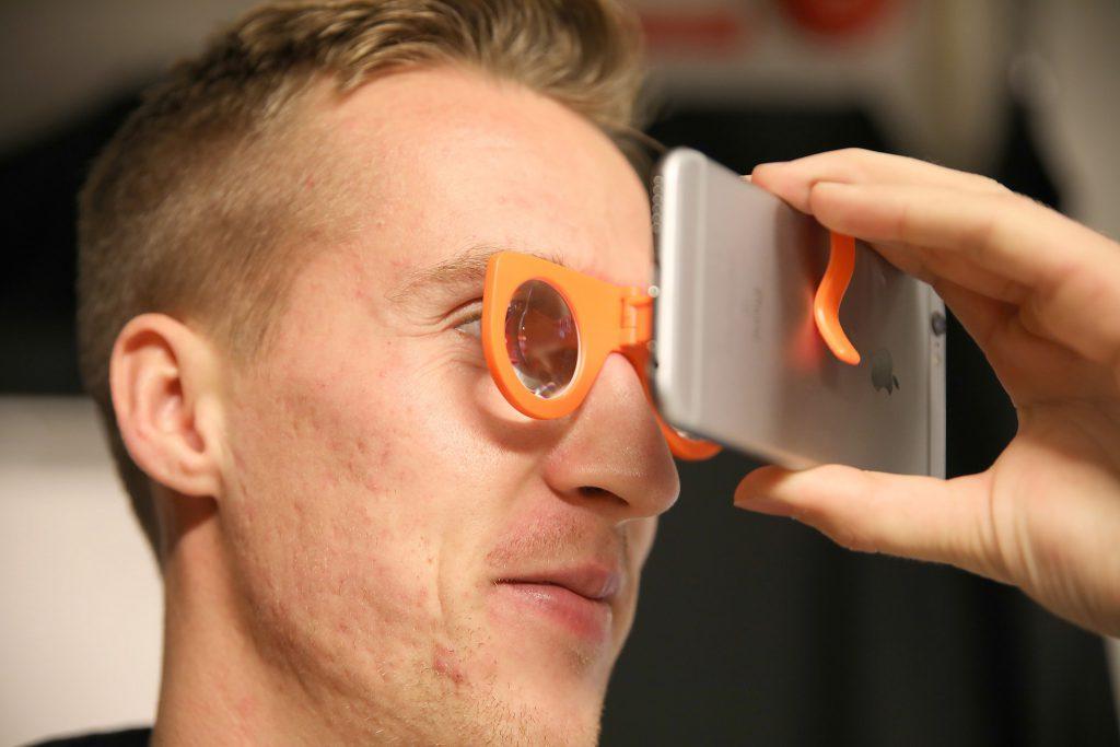 – Testa gärna de enkla och billiga lösningarna, men för att uppleva vad VR verkligen är krävs det betydligt bättre doningar än enkla närbildsglas till en mobiltelefon, säger Joel Ahlby på Videum VR.