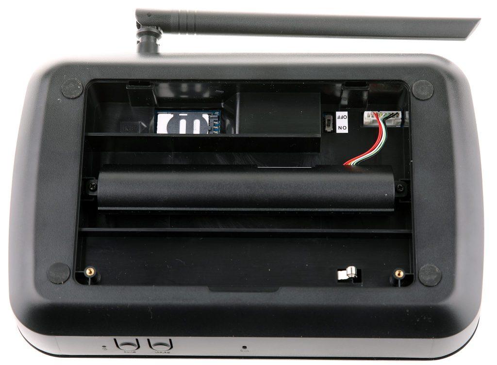 Under ett lock på baksidan sitter batteri och 3G-modul med SIM-kortplats. Tidiga användare rapporterar om att batteriet kan bli varmt av underhållsladdningen och en del har valt att köra med öppen lucka eller att flytta ut batteriet utanför.