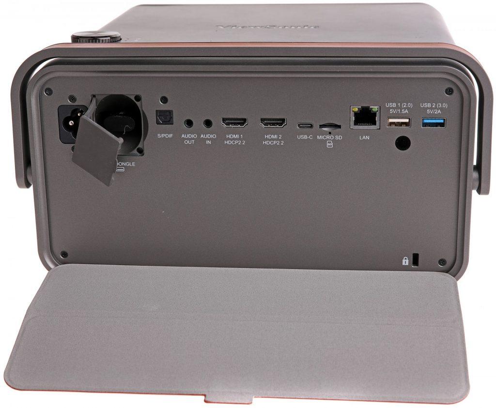Det mesta man kan behöva i anslutningsväg. Med en WiFi-dongel i rumpan blir X10 även en trådlös underhållare med egen uppspelningskapacitet!