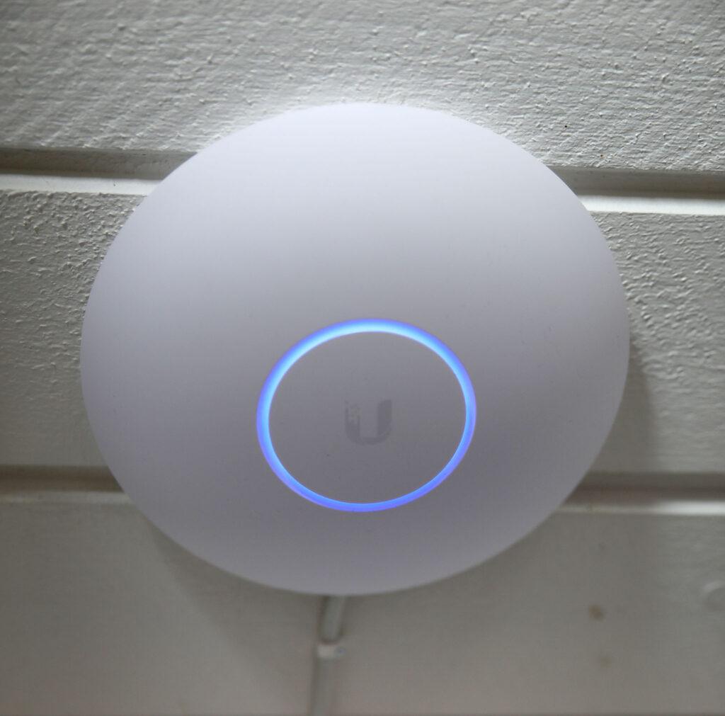 Unifi AP AC LR är en WiFi-enhet som matas med en nätverkskabel och kan ge mycket snabb WiFi över ett begränsat område.