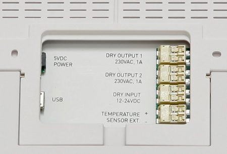 På baksidan finns även elektriska anslutningar för styrning av externa enheter.