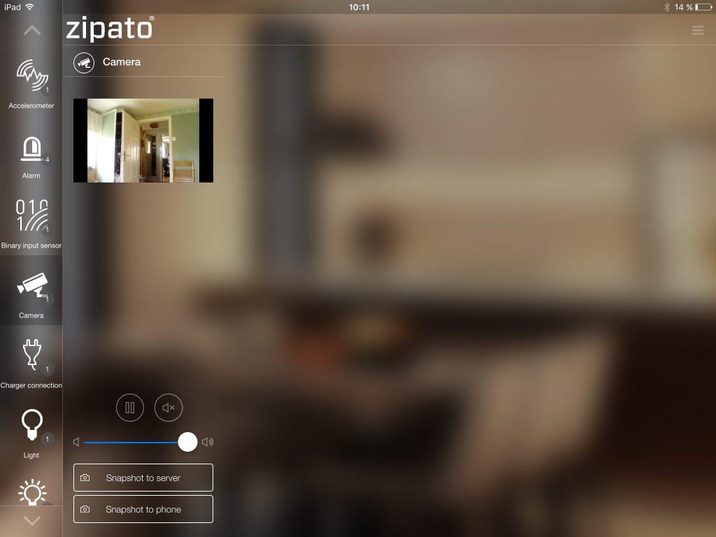Med appen My Zipato kan du styra och övervaka ditt smarta hem varifrån som helst. Här är det Zipatiles inbyggda kamera som visas i realtid på en iPad, men appen finns även till Android.
