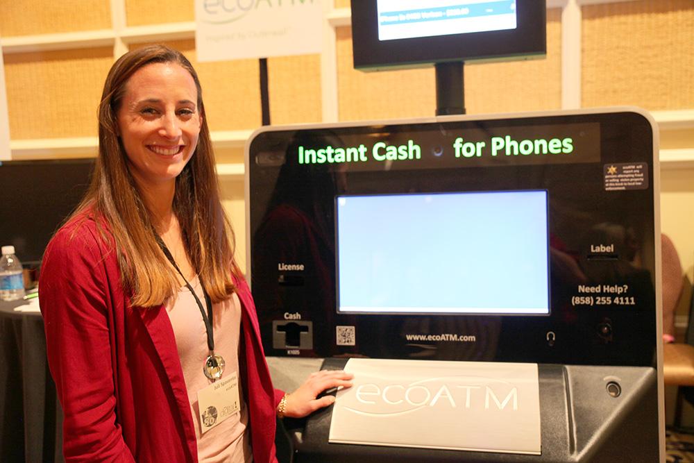 Juli Spaventa visar EcoATM:s returautomat för återköp av begagnade mobiltelefoner.