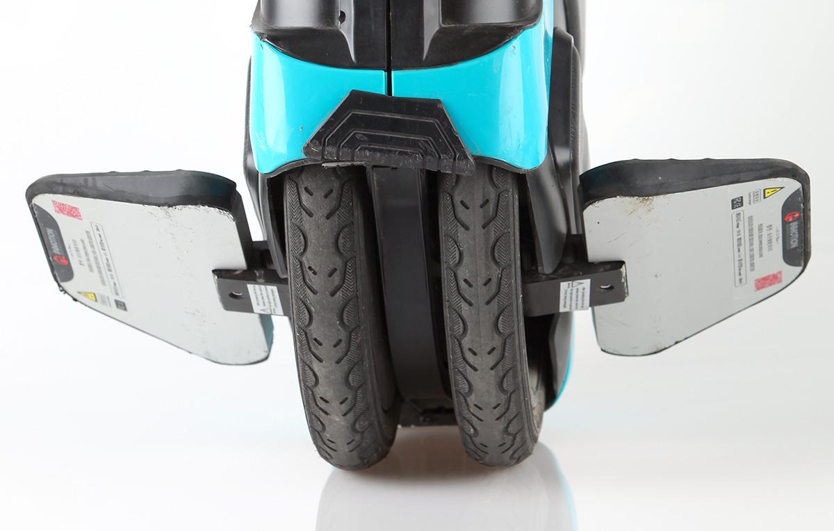 UrbanMotion V3 är egentligen en tvåhjuling med två parallella hjul med luftfyllda däck av cykeltyp.