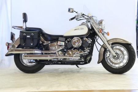 Motorcykel fotograferad i butik med QPcard hängande på sidan.