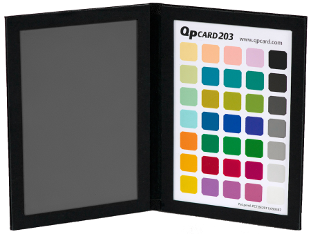 QPcard203 är en smart färgkarta med gråkort i hårda pärmar. Färgkartan innehåller fyra grupper med färger: primärer, sekundärer, pasteller och grånivåer.