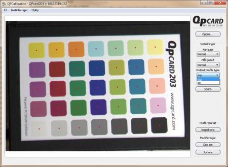 QPCalibration är ett kalibreringsprogram som läser in fotografiet, letar efter bilden på QPcard, analyserar färgerna och skapar en kamerakalibreringsprofil för de rådande ljusförhållandena.