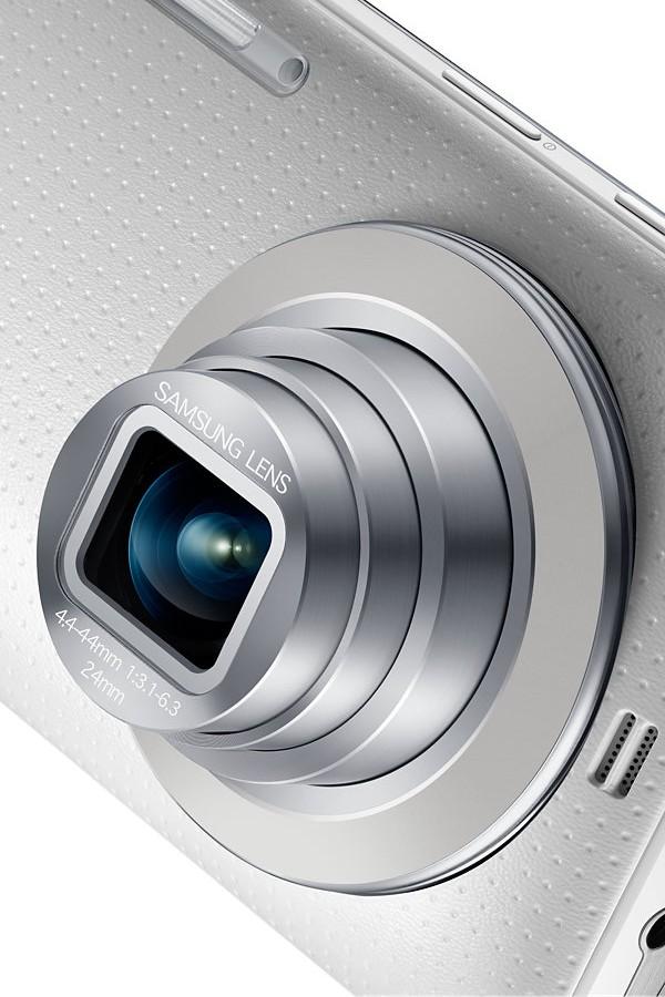 Samsung Galaxy K Zoom med den 10x optiska zoomen utfälld.