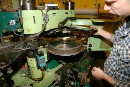 Det här är själva skivpressen där det smälta vinylgranulatet pressas mellan två matriser under högt tryck och blir till en vinylskiva.