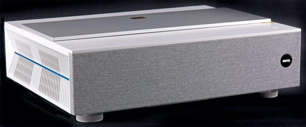 Snyggt och propert. Bakom fronten döljer sig ljudsystemet bestående av två 5 W högtalarelement.