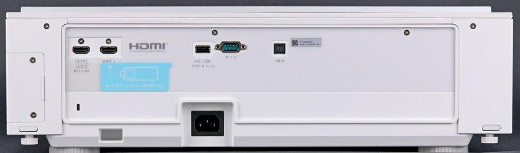 Dubbla hdmi-ingångar varav en med ARC, USB och digital ljudutgång återfinns på baksidan.