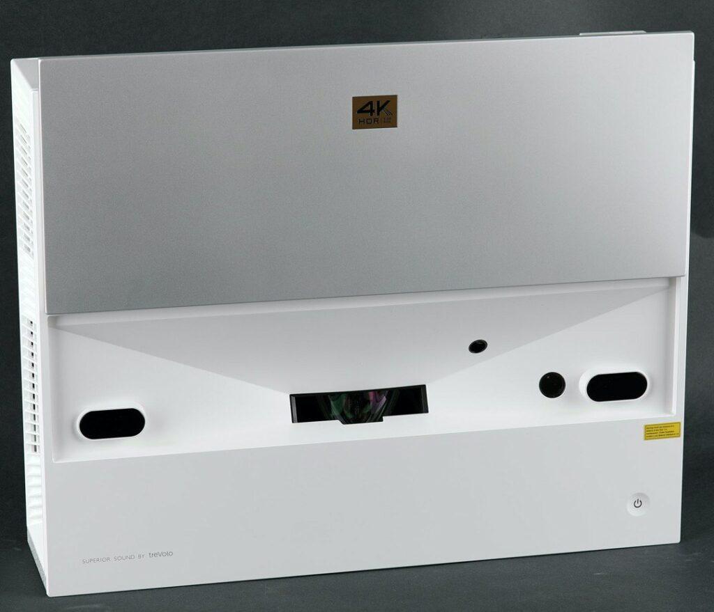 När projektorn startas skjuts ett motorstyrt lock fram över projektorn och öppnar upp dess inre med lins och skyddssensorer. Snyggt!